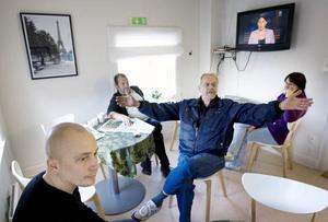 För många är Värmestugans verksamhet en fast punkt i vardagen och en anledning att hålla sig borta från busstorget. Janne Kronqvist, i förgrunden, arbetar som behandlingspedagog på Värmestugan och säger att en nedläggning skulle leda till en ökad utslagning av de svagaste i samhället.