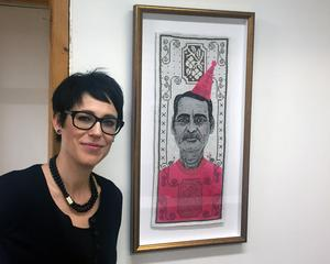 Karin Olofsson granskar mannen i sin konst.
