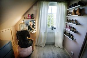 Ett helt rum har förvandlats till en walk in closet med sminkhörna.