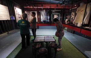 Besökare vid museet för massakern vid Himmelska fridens torg i Peking 1989.