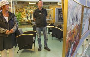 Inger Agnar och Torgny Henriksson tittar på kommunens kronjuveler i Medborgarhuset i Sveg.