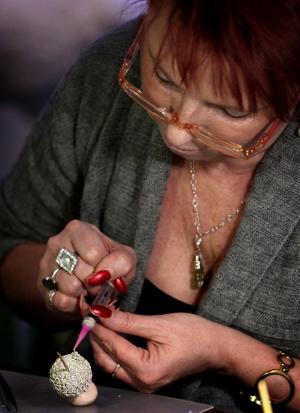Maude Kvarnström, Smedjebacken, var mycket koncentrerad när hon arbetade med sitt blivande smycke. Foto: Peter Olsson