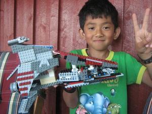 HEJjag heter Basse.Det är mitt liv att bygger lego.jag är 10år jag hoppas att mitt lego kommer ut så mina kompis kan se mig.