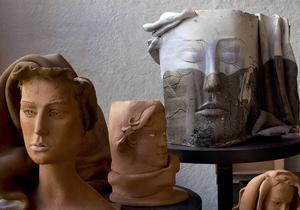 Masken till höger förställer skådespelaren Malin Ek.