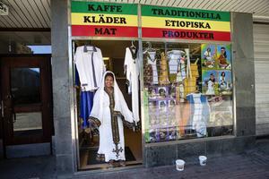 Butiken har ett varierat utbud. Här säljs det både kläder och serveras kaffe.