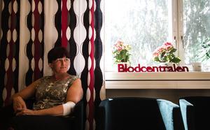 Svjetlana Ognjenovic har gett blod i 5 år, hennes ovanliga blodgrupp AB- var anledningen till att hon började och sedan har hon fortsatt. Hon berättar att det alltid är trevligt på blodcentralen, och så får man en gåva efteråt.
