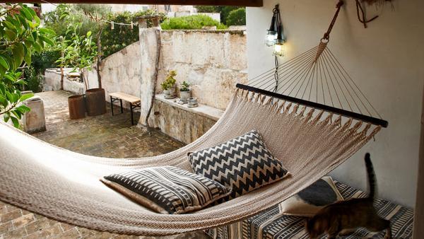 En del indianer i Sydamerika sover i hängmattor. Kanske är det värt att testa i sommar? Hängmatta från Granit.