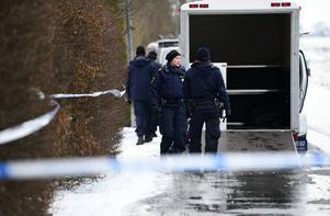 Polis och kriminaltekniker på plats efter att tre personer har hittats döda i en villa i Skurups kommun i Skåne.
