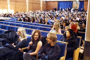 Emma Göthlin, Frida Karlsson och Peter Björk (på första bänk) arrangerade debatten på alléskolan på tisdagen. Åtta politiska ungdomsförbund drabbade samman inför ögonen på nära 300 gymnasieelever.
