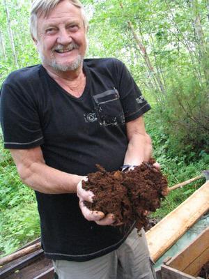 Arnold Norman visar myrmalmen som hämtas från en källa i skogen.