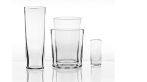 Ingegerd Råman tillhör en av Sveriges mest inflytelserika glasformgivare. Nyligen lanserades sex nya delar till hennes klassiska Bellmanserie där vaserna som går att stapla i varandra ingår.