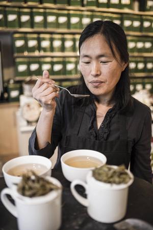När Amanda Hemmingsson anordnar teprovningar låter hon teet dra extra länge, så att smakerna kommer fram tydligt.