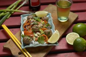 Fläskfärs är en underskattad billig vara. Här i form av mumsiga asiatiska köttbullar med fräscha grönsaksnudlar.