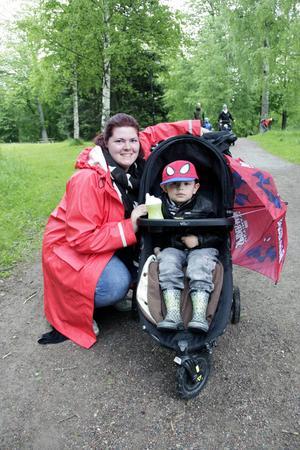 Janet Demirdelen kom med sonen Colin Demirdelen, tre år, för att träffa hästen Berta och spana på polisbilar.