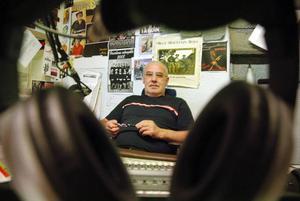 Flera av de internationella lyssnarna hör av sig till Calle Friman på Radio Berg dagligen. – Vi brukar kunna leverera både små och stora nyheter från alla världens hörn, säger han.  Foto: Sandra Högman