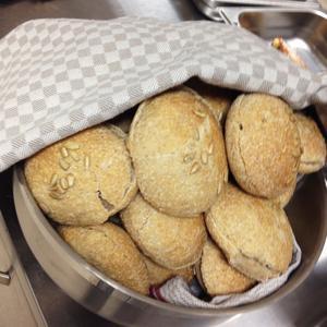 Nästan allt bröd bakas på Källbacken.
