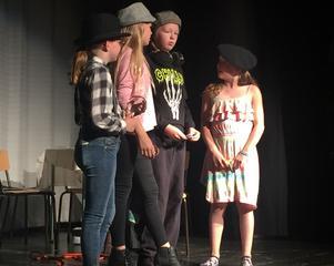 I Lillhärdal är man vassa på att arrangera teater. Här en bild från teaterskolans föreställning.