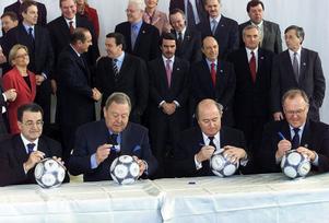 Göran Persson signerar en fotboll tillsammans med EU:s president Romano Prodi, UEFA:s president Lennart Johansson och FIFA:s president Sepp Blatter under EU-toppmötet i Stockholm, 2001.