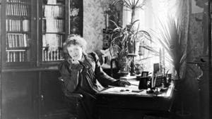 Den radikala 1800-tals dramatikern Alfhild Agrell vid sitt skrivbord.