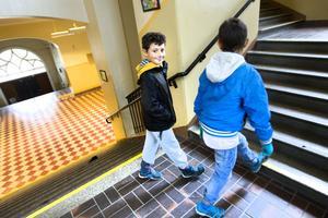 Jakob Khris och Kevin Inan tycker att ljudnivån är värst i matsalen och på fritids.