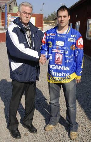 Återseende. Sören Persson hälsar Mikael Jernberg välkommen till Falu BS. Han är en av de spelare Persson själv fostrade i Edsbyn och som han även tränat i BolticGöta.