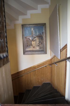 Trappen ringlar genom hela huset men har olika färg beroende på vilken våning du befinner dig.