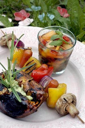 Grillade grönsaker och bakad potatis är ett alternativ till kött.