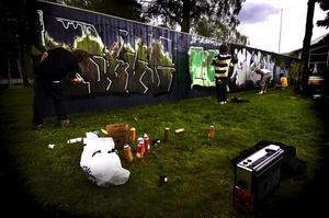 Klottret har ökat. Sedan graffitiplanket sattes upp i Folkets park har klotterskadegörelsen i centrala Borlänge ökat. (Personerna på bilden har inget samband med artikeln.) Arkivbild Foto:Mattias Nääs