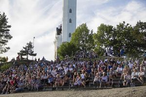 Omkring 2500 personer uppskattades befinna sig på Östra berget under kvällen.
