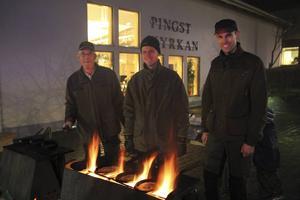 Lars Nymans, Jonas Nymans och Tord Nymans, serverade kålbullar utanför pingstkyrkan.