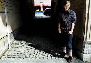 När Emma Espell, från Östersund, inte skriver dikter spelar hon cello eller fäktas. Drömmen är att kunna leva på skrivandet.Foto: Henrik Flygare