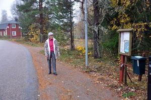 NÄRA hemmet. Här låg busshållplatsen till den indragna bussen 836. Inga Jonasson bor i de röda huset i bakgrunden