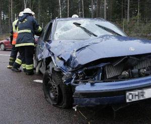 Bilen blev totalförstörd när den körde av E4 i Jättendal. Här pågår bärgning.