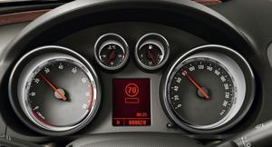 Opel Eye heter systemet som kan läsa vägskyltarna och som via instrumentpanelen talar om för föraren vad som gäller. Här är fartgränsen 70 kilometer i timmen.Foto: Rolf Gildenlöw