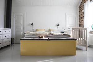 I sovrummet är det högt i tak och dörrarna gömmer en stor garderob som är perfekt för förvaring.