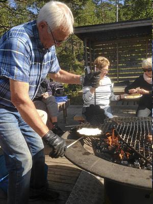 Lennart Nyberg gräddar våfflor.