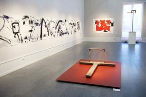 Ett flera meter långt verk i blandteknik och två transparenta lager har skapats särskilt för utställningen.