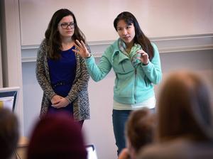 Felicia Berggren och Michelle Ludovic' under presentationen av idén som gav 10 000 kronor för vidareutveckling av den.