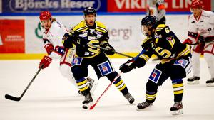 Henrik Nyberg, nr 62, stöter pucken till Fredric Weigel, nr 22.