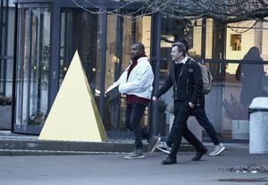 Här lämnar Kanye West Ikea i Älmhult efter ett besök på tisdagen.   Foto: Hans Runesson/TT