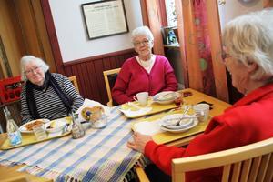 Eja Eriksson, Anne Hellgren och Britta Almgren går ofta till Björkängen och äter. De undviker Sala-maten.