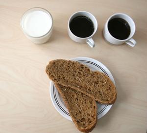 2,5 deciliter mjölk, två koppar kaffe och två skivor frukostbröd är den ranson ska som spara pengar inom Timrås äldreomsorg.