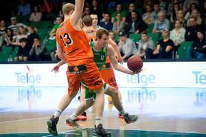 Christian Maråker försöker stoppa Skyler Bowlin i den första semifinalen i Täljehallen.