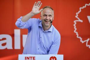 Nu backar partiledaren Jonas Sjöstedt (V) från sina krav.