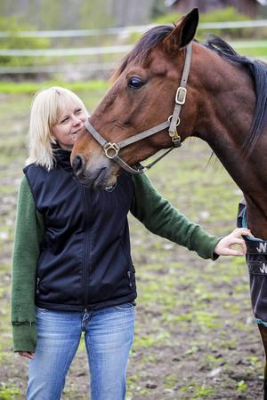 Efter en lång och framgångsrik karriär är det dags för Sveriges travälskling Sanity att gå i pension. Arkivbild från 2009, Sanity och Malin Löfgren.