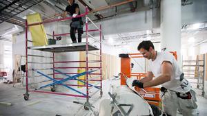 Flyter på. Johan Andersson, från Målericenter, pressar de sista dropparna flytspackel ur en påse. Totalt handlar det om över 3 000 kvadratmeter yta som byggs om i Skrapan. Trots det kommer inte lokalerna att räcka till.