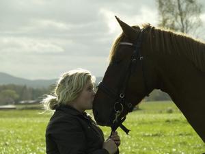 Pernilla Mets med hästen Bacardi. Foto: Privat.