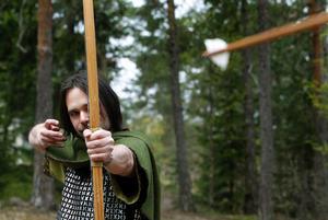 Startskottet har gått för Kvartersteaterns sommarspel. Robin Hood (Daniel Magnusson) och hans gäng av människor och hästar fyller juni månad med att sjunga, slåss, rida, fajtas och ta från de rika och ge till fattiga på Norra berget.