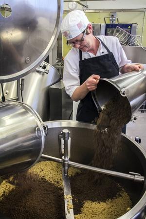 Pass på! Här är hela matlagningsmomentet i en enda bild. Åza Johnson blandar köttfärsen med makaronerna.