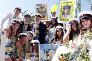 Studenterna från Barn och fritid väntar på flaket efter ceremonin. Snart går färden ned mot Ljusdals centrum.